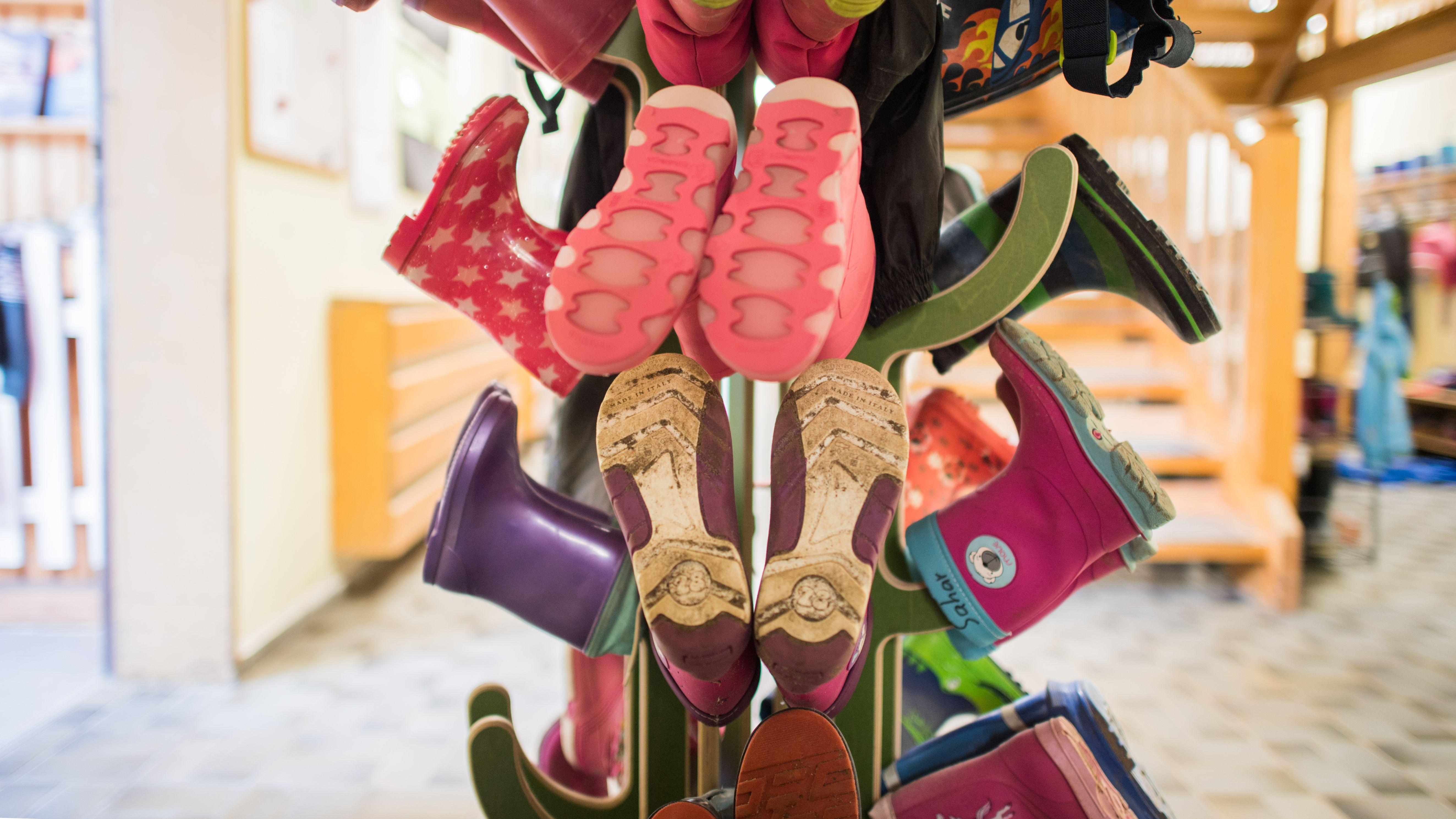 Schuhständer in einer Kita-Garderobe