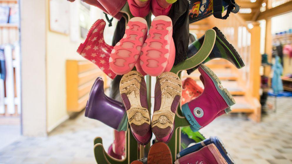 Schuhständer in einer Kita-Garderobe | Bild:picture alliance/Andreas Arnold/dpa