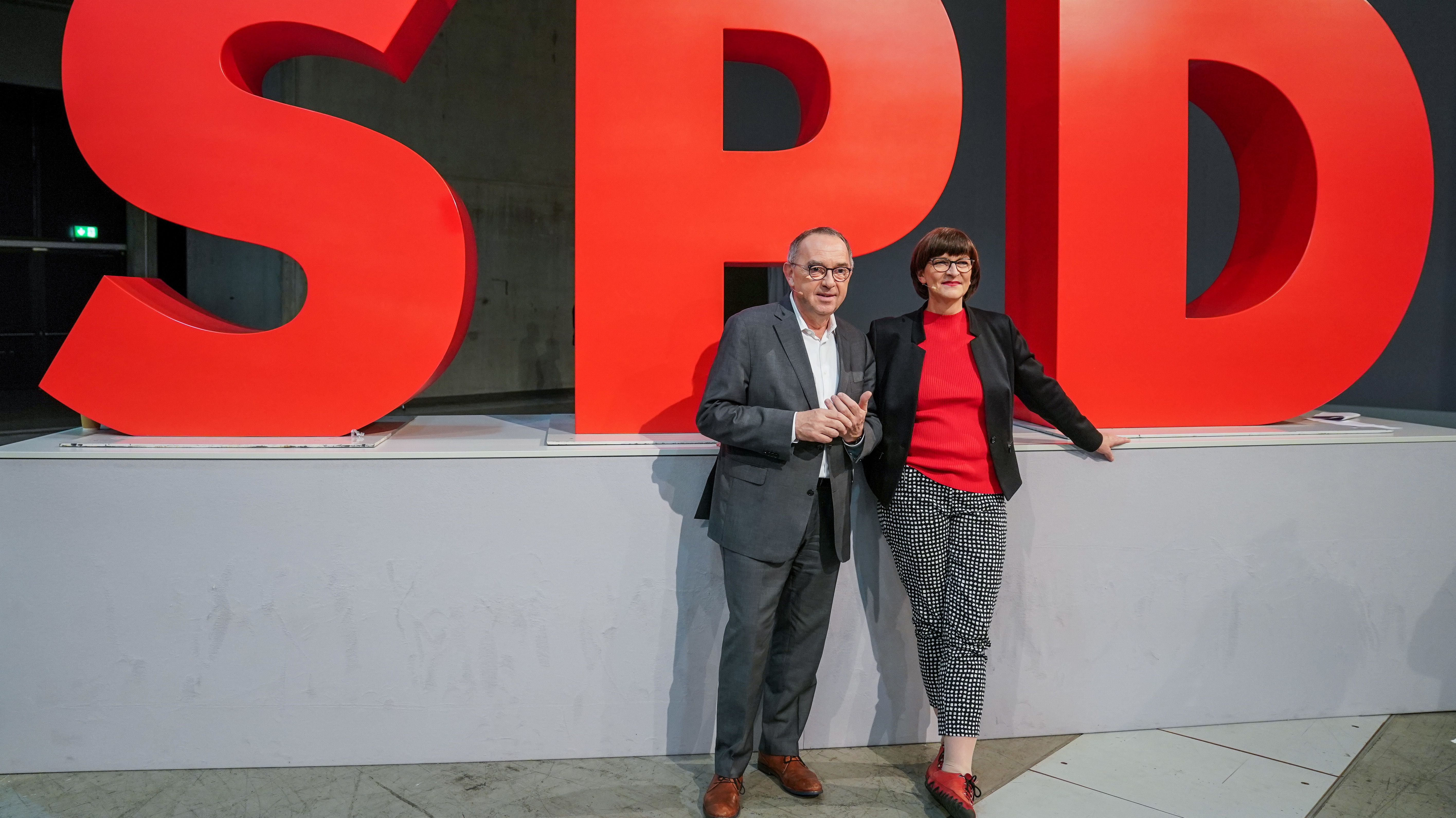 Norbert Walter-Borjans (l) und Saskia Esken, die beiden Bundesvorsitzenden der SPD