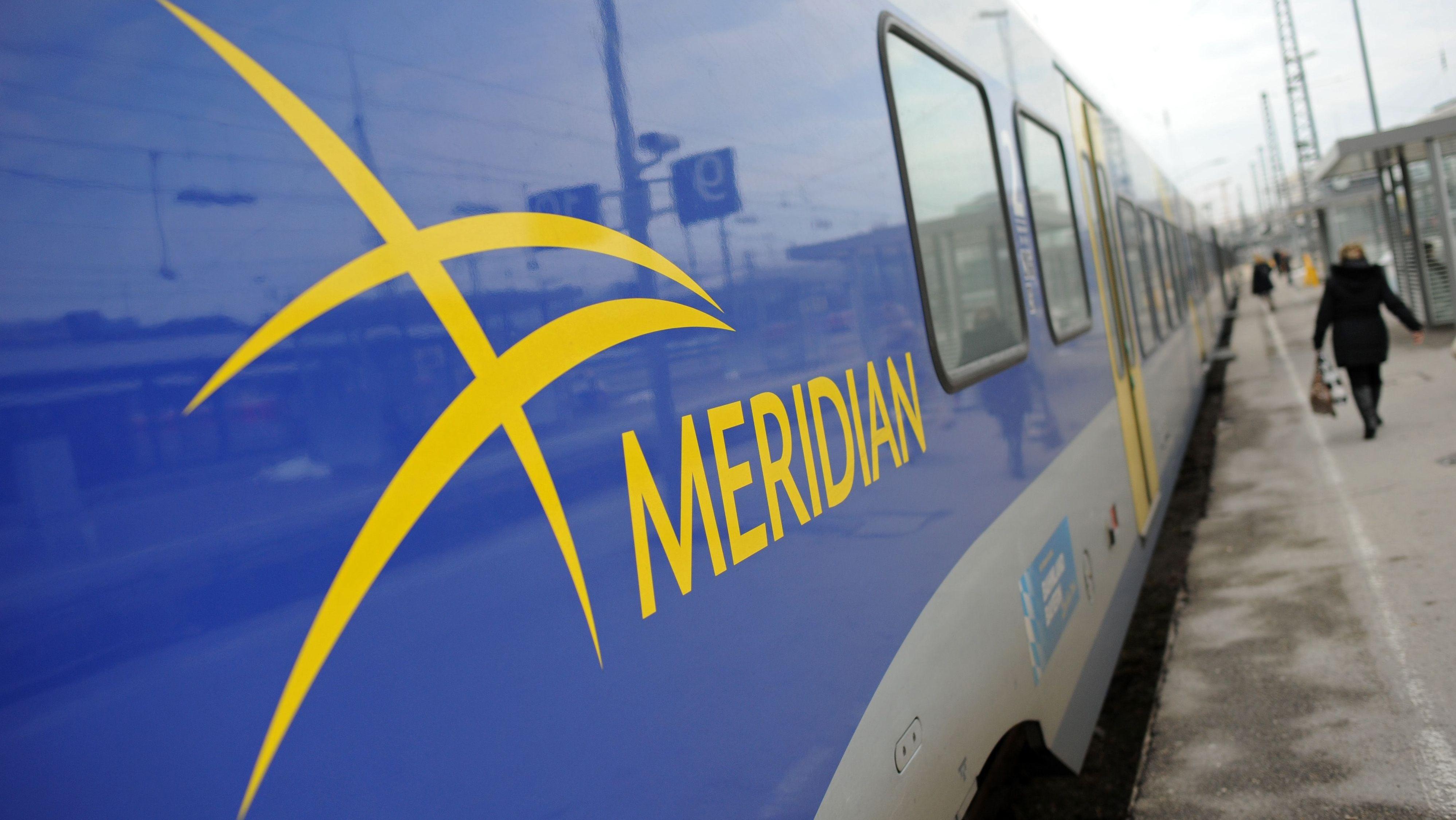 Ein Meridian-Zug mit 600 Fahrgästen musste am Sonntagabend in Oberbayern evakuiert werden. Die Zustände seien untragbar gewesen wie viele Fahrgäste meinen.