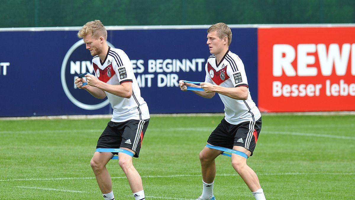 André Schürrle und Toni Kroos im Trainingslager vor der WM 2014.