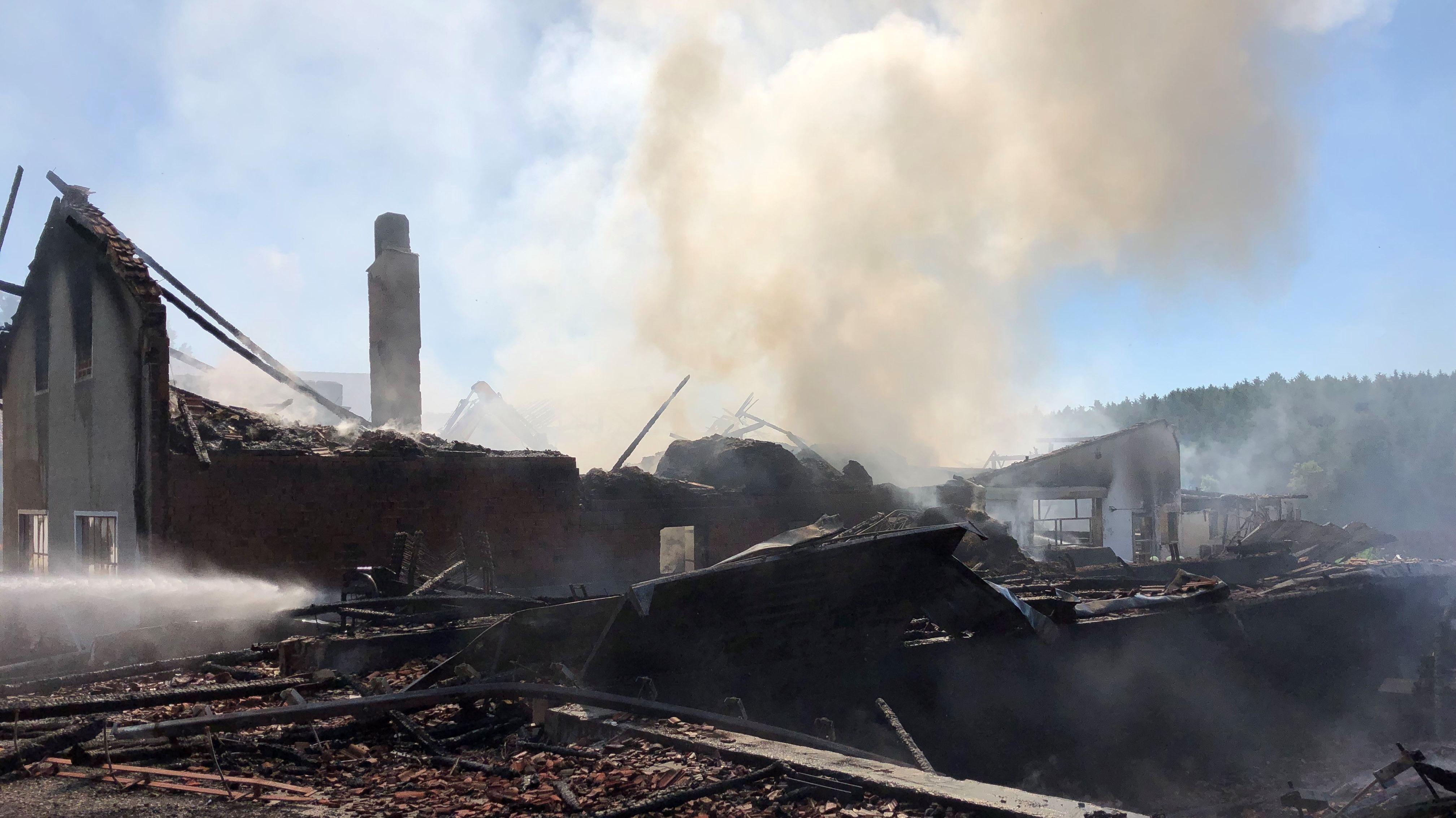 Stallungen und Silos sind bis auf die Grundmauern herunter gebrannt.