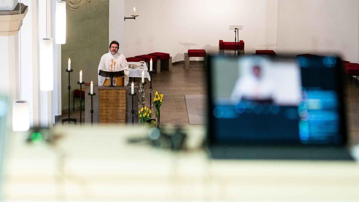 Ein Gottesdienst wird per Live-Stream online übertragen.
