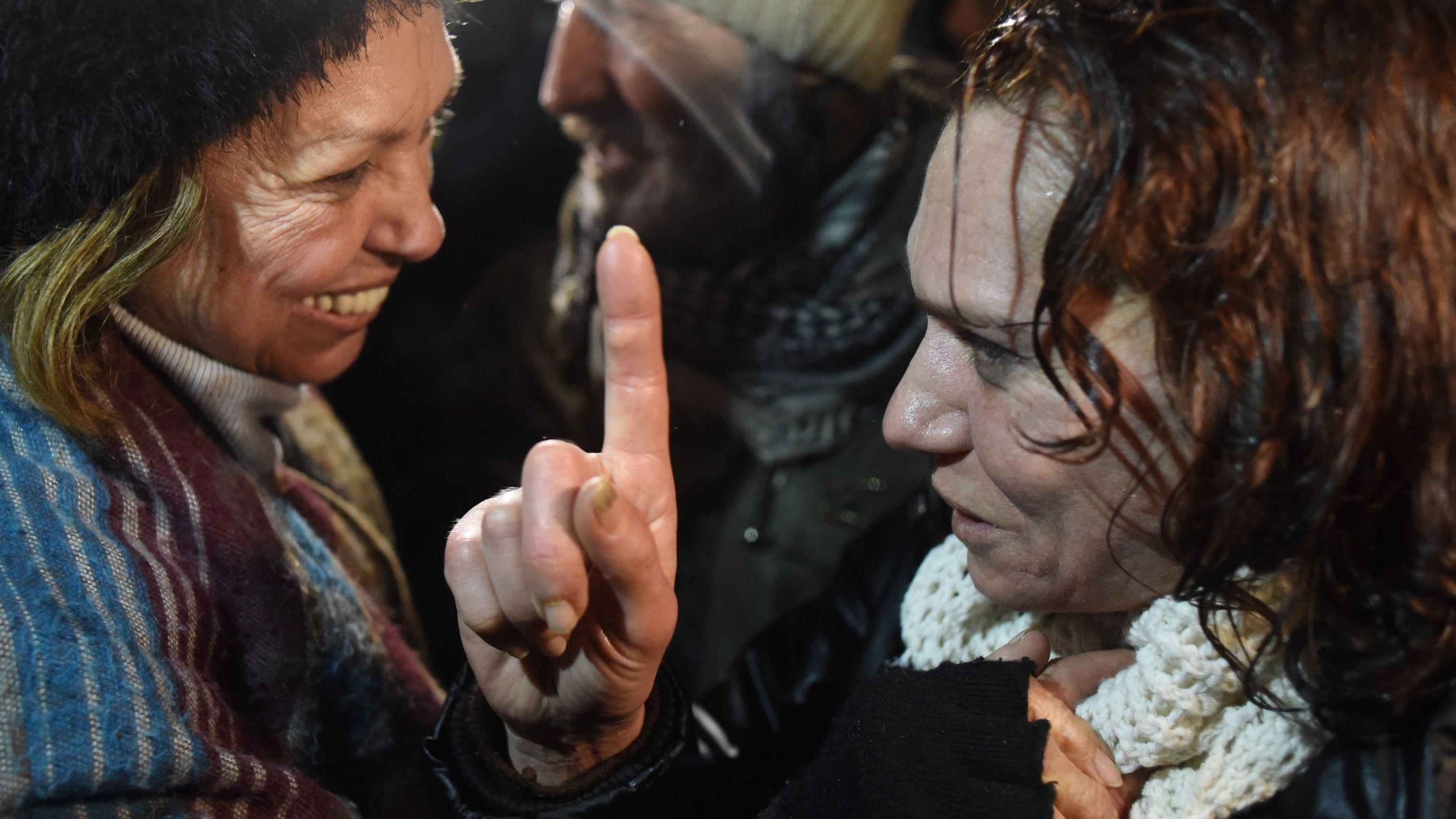 Aslı Erdoğan und ihre Mutter, beide Frauen im Profil, lachend, nach Aslı Erdoğans Haftentlassung