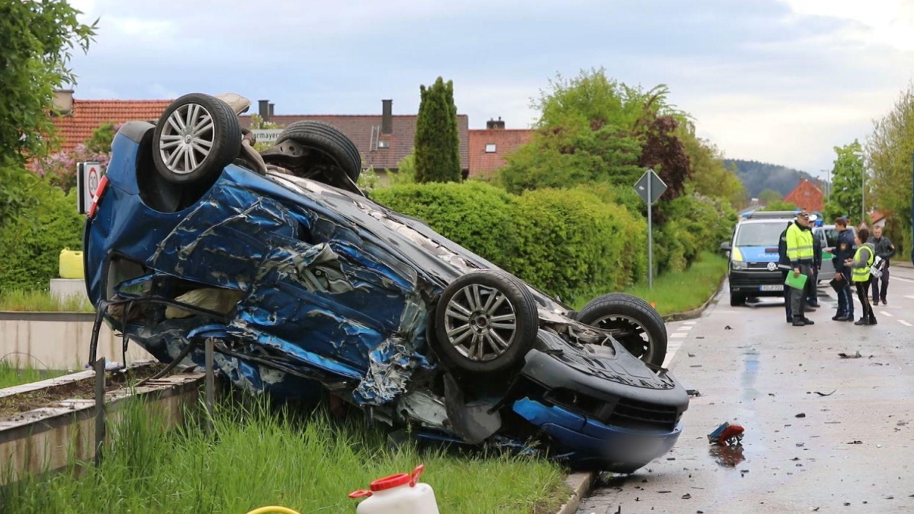 Das total zerstörte Fahrzeug des Fahranfängers nach dem Unfall.