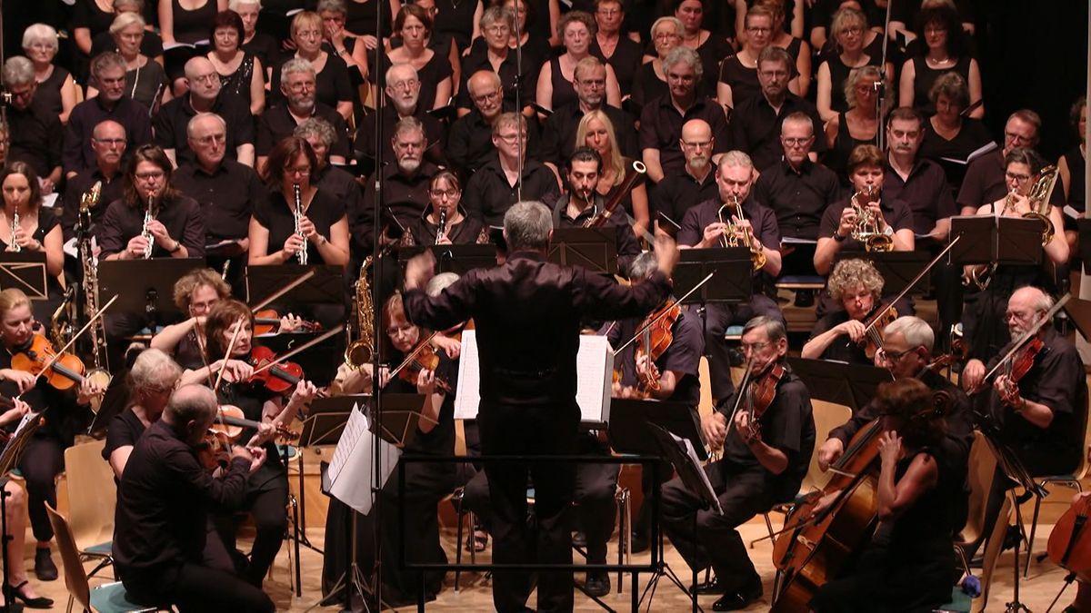 Archivbild aus dem Jahr 2018: Ein Orchester spielt vor einem Dirigenten