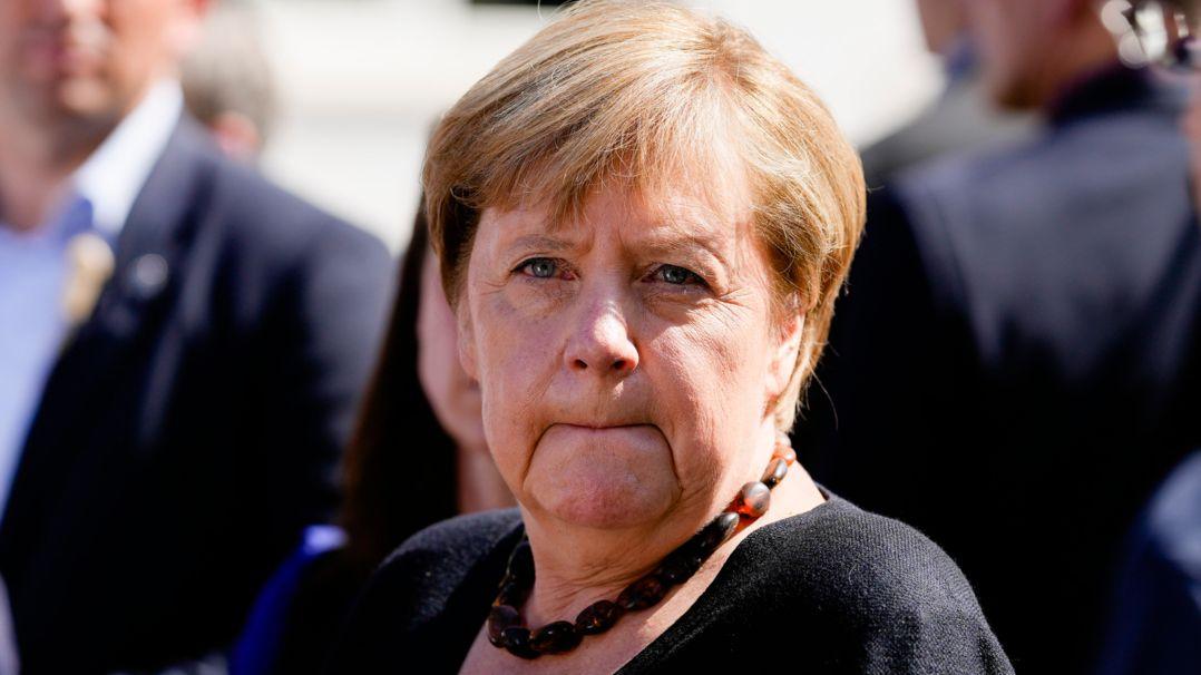 Bundeskanzlerin Angela Merkel (CDU) schaut ernst bei ihrem Besuch in der hochwassergeschädigten Stadt Altenahr.