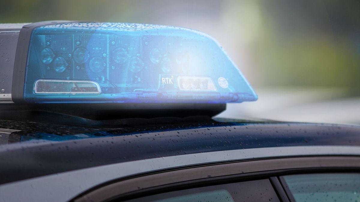 Symbolfoto Polizeiauto mit Blaulicht.
