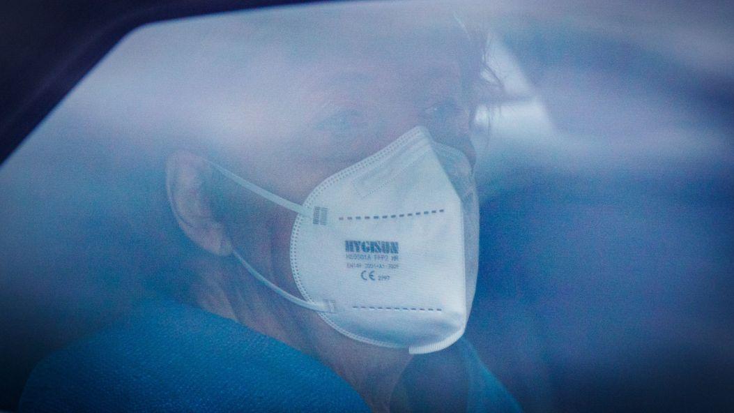 Bundeskanzlerin Angela Merkel (CDU) mit FFP2-Maske in ihrem Dienstwagen