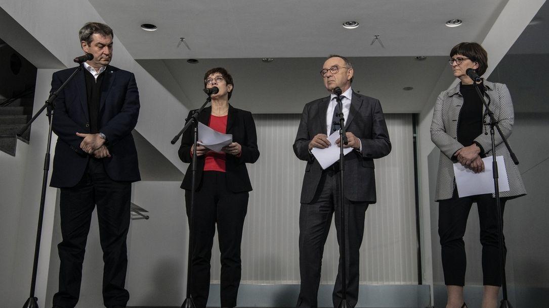 Schwarz-roter Koalitionsausschuss Markus Söder (l-r), Vorsitzender der CSU, Annegret Kramp-Karrenbauer, Bundesvorsitzende der CDU, Norbert Walter-Borjans und Saskia Esken, beide Vorsitzende der SPD, sprechen nach einer Sitzung des Koalitionsausschusses mit Journalisten.