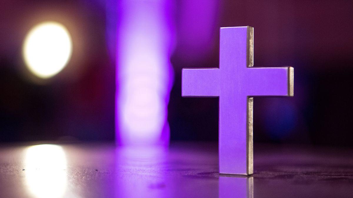 Ein Kreuz steht in einer Kirche (Symbolbild)