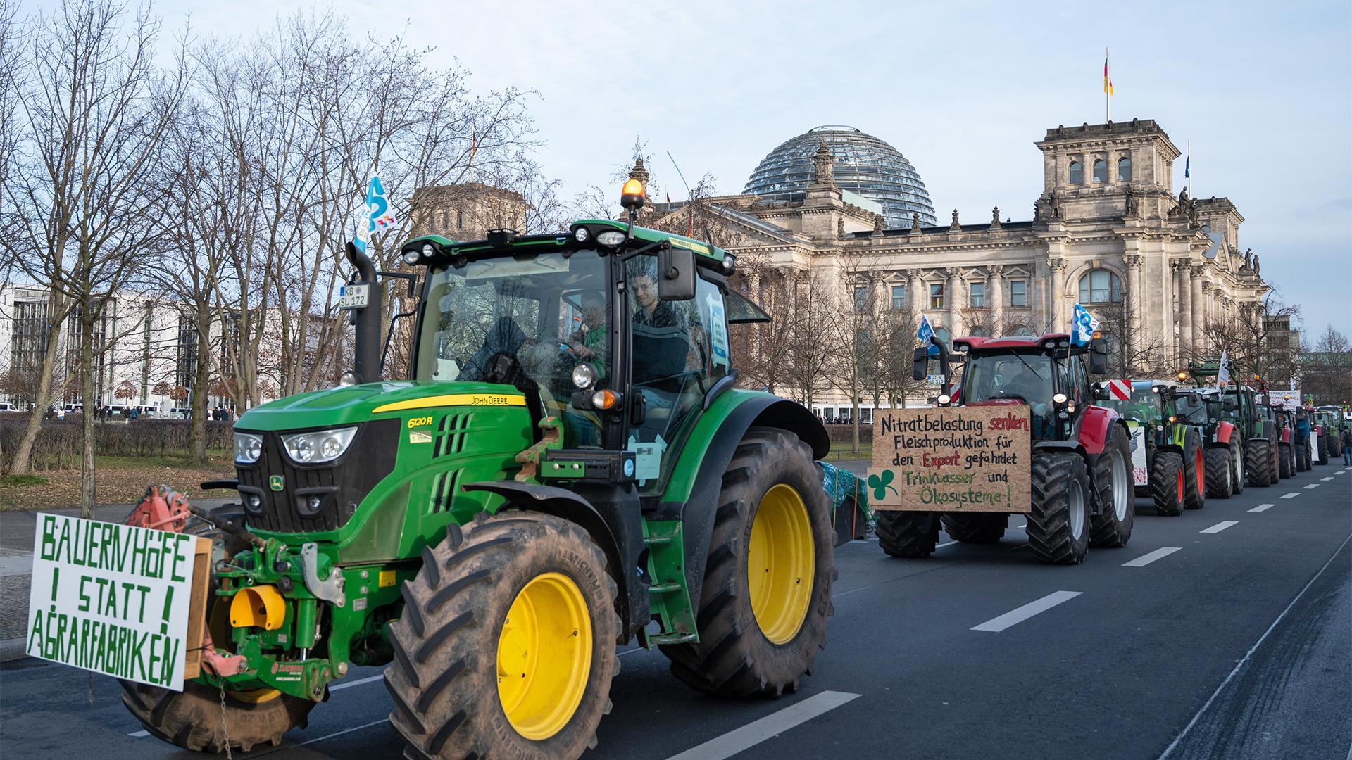 Berlin: Bauern fahren mit ihren Traktoren am Reichstagsgebäude vorbei.