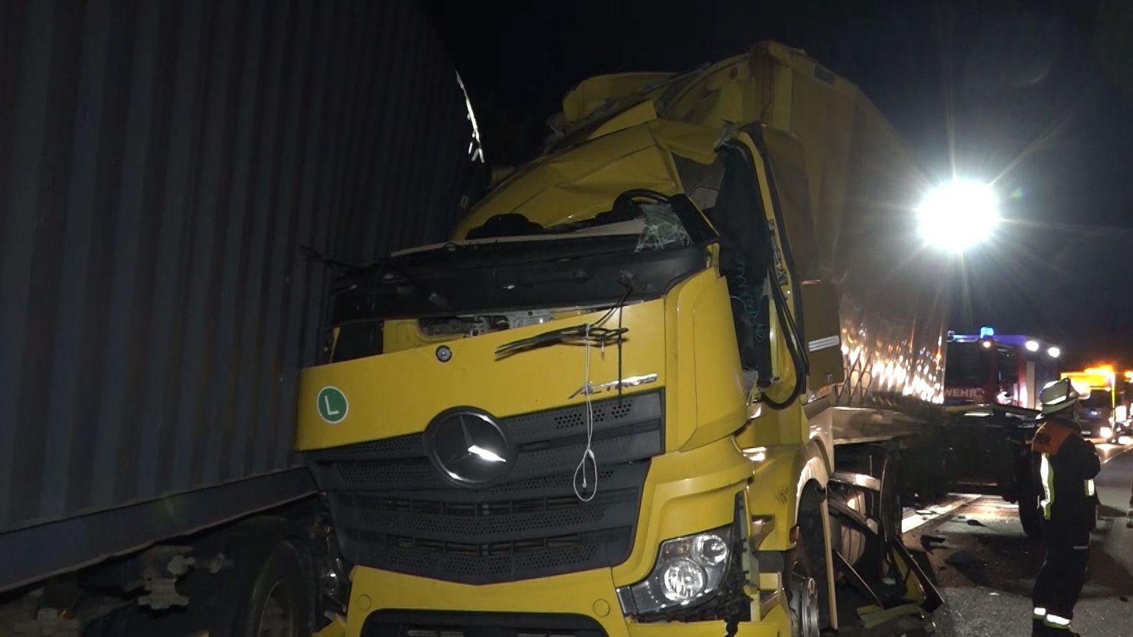Im Führerhaus diese Lkw wurde ein 47-Jähriger eingeklemmt und lebensgefährlich verletzt.