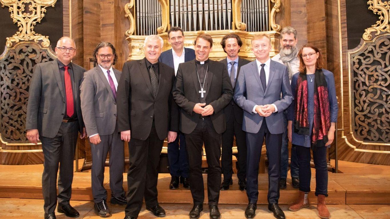 Freuen sich auf Sanierung: Bischof Stefan Oster (5.v.l.), Domprobst Michael Bär (3.v.l.) und Domorganist Ludwig Ruckdeschel (2.v.l.)