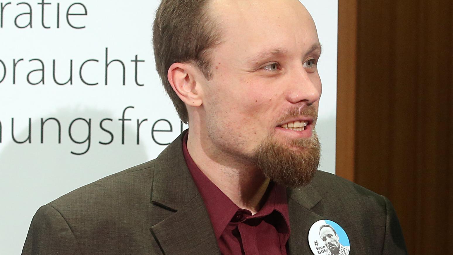 Reporter Billy Six beantwortet bei einer Pressekonferenz der Jungen Freiheit Fragen zu seiner Freilassung und Rückkehr.