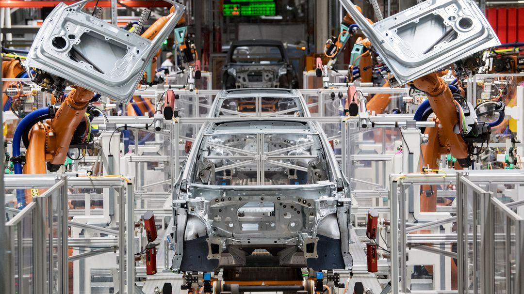 Im Karosseriebau des Volkswagen-Werkes in Sachsen montieren Roboter die Türen des VW ID.3.