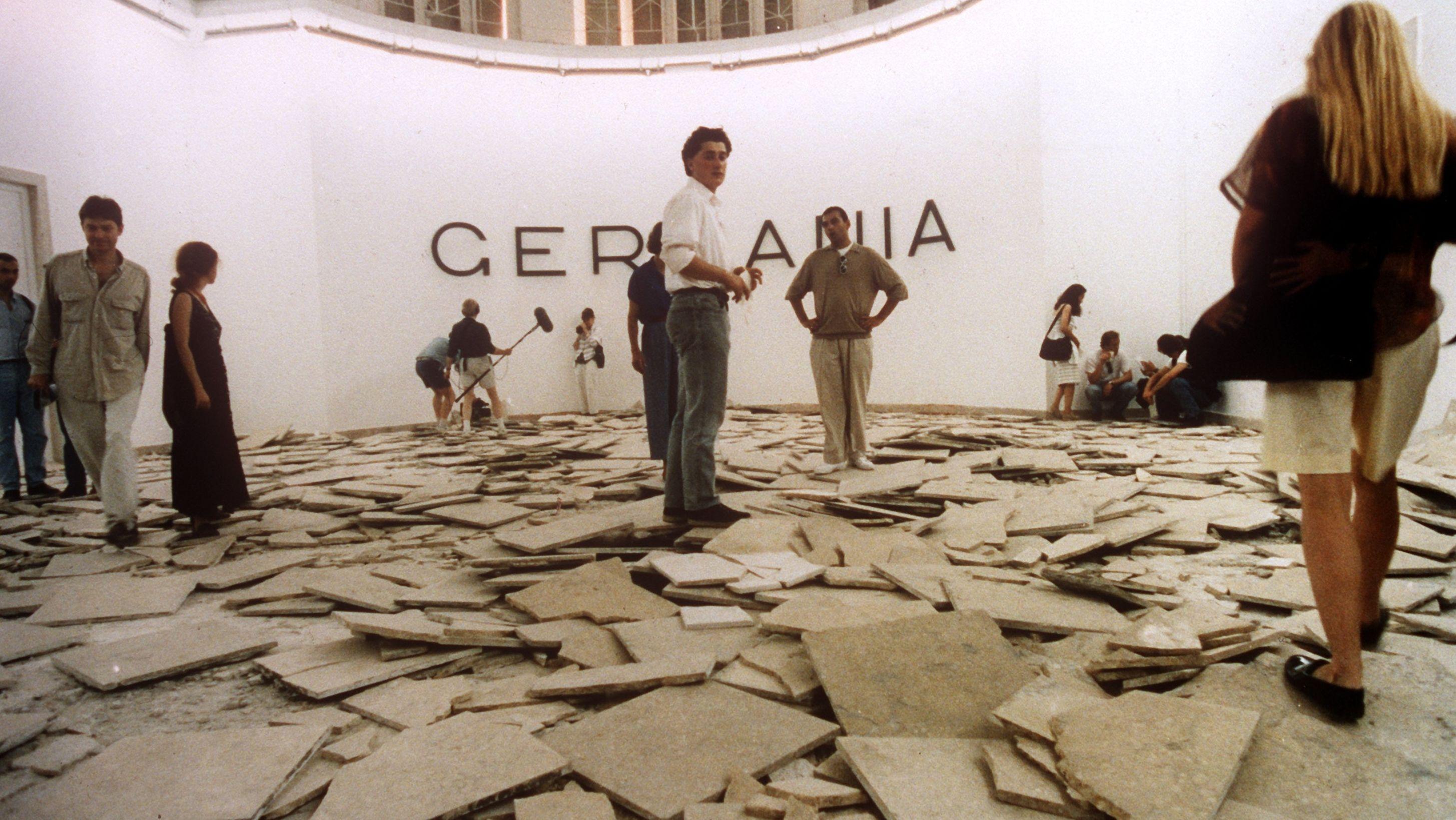 Der deutsche Pavillon 1993: Hans Haacke verwandelt das Innere des Pavillons in ein Trümmerfeld