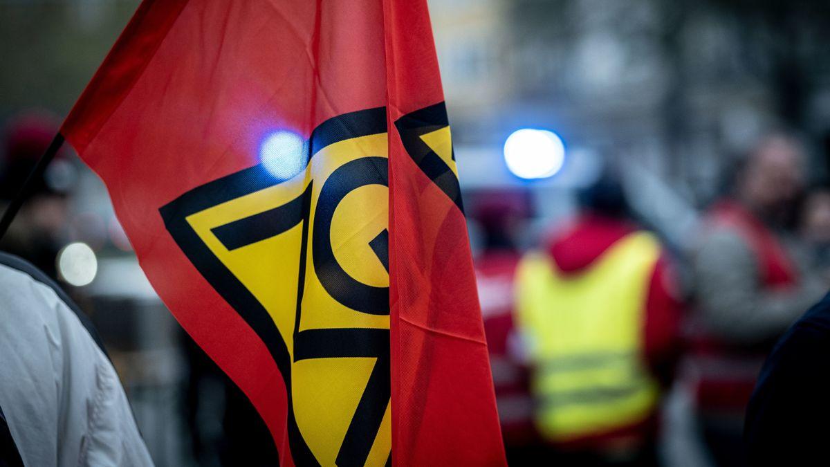 Bild mit Flagge von IG Metall bei Streik