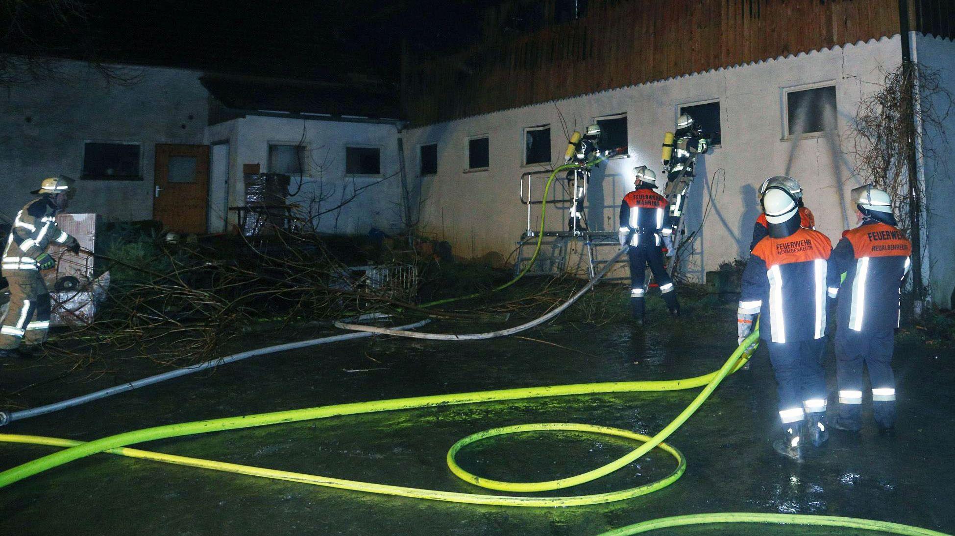 Mehr als 150 Feuerwehrleute haben gegen die Flammen gekämpft. Sie konnten verhindern, dass das Feuer auf das Wohnhaus übergreift.