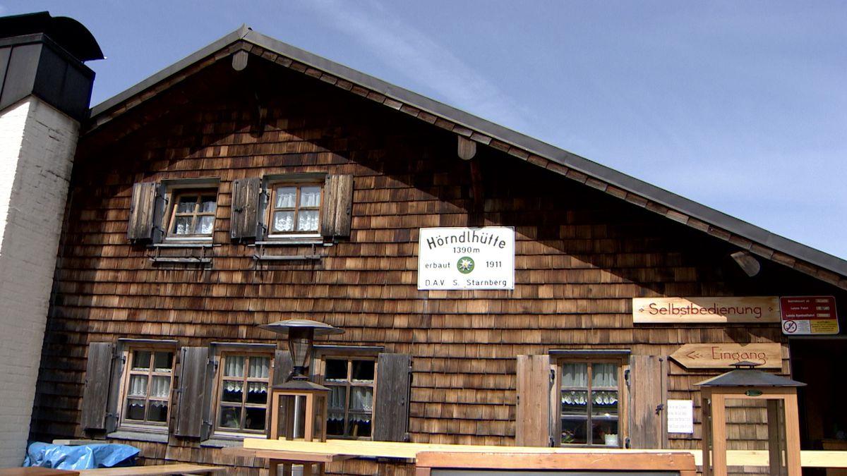 Die Hörndlhütte des Alpenvereins auf 1390m Höhe. Sie ist wegen Corona derzeit noch geschlossen. Nur der Kiosk hat geöffnet.