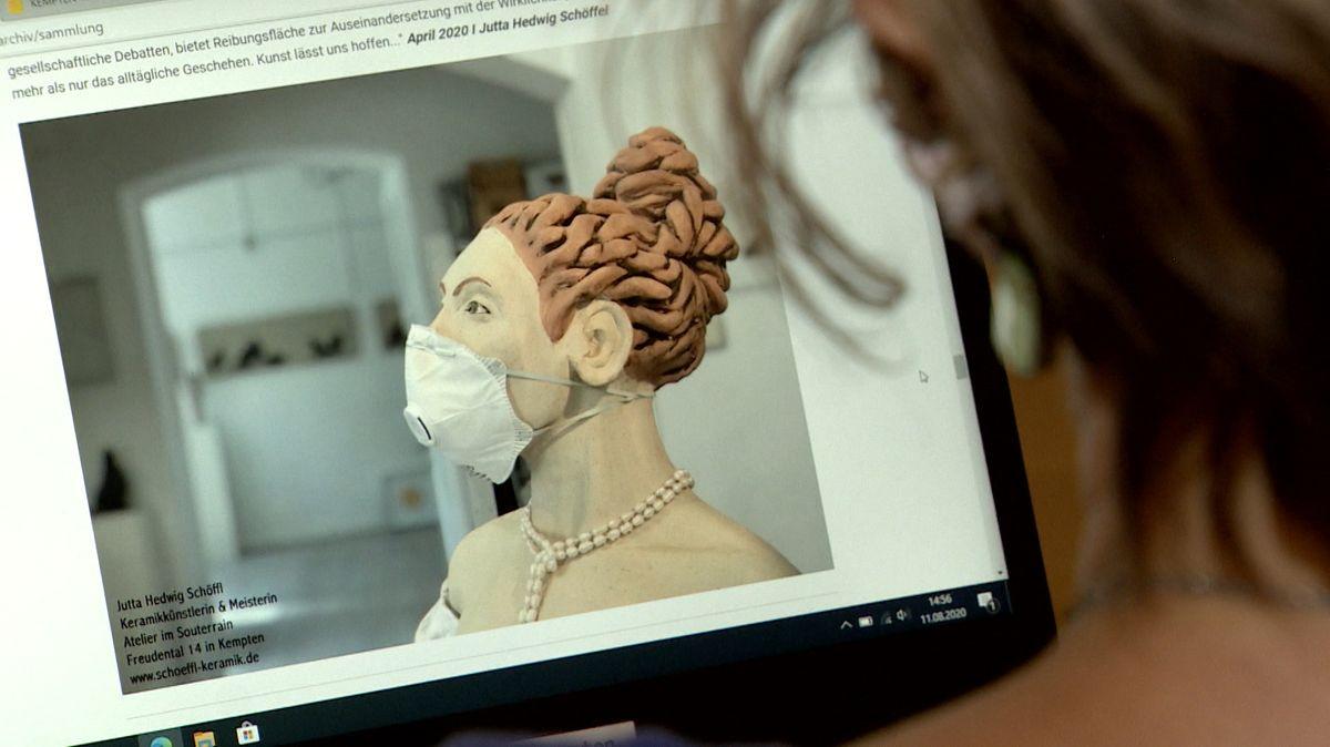 Foto einer Puppe mit Schutzmaske auf einem Laptop