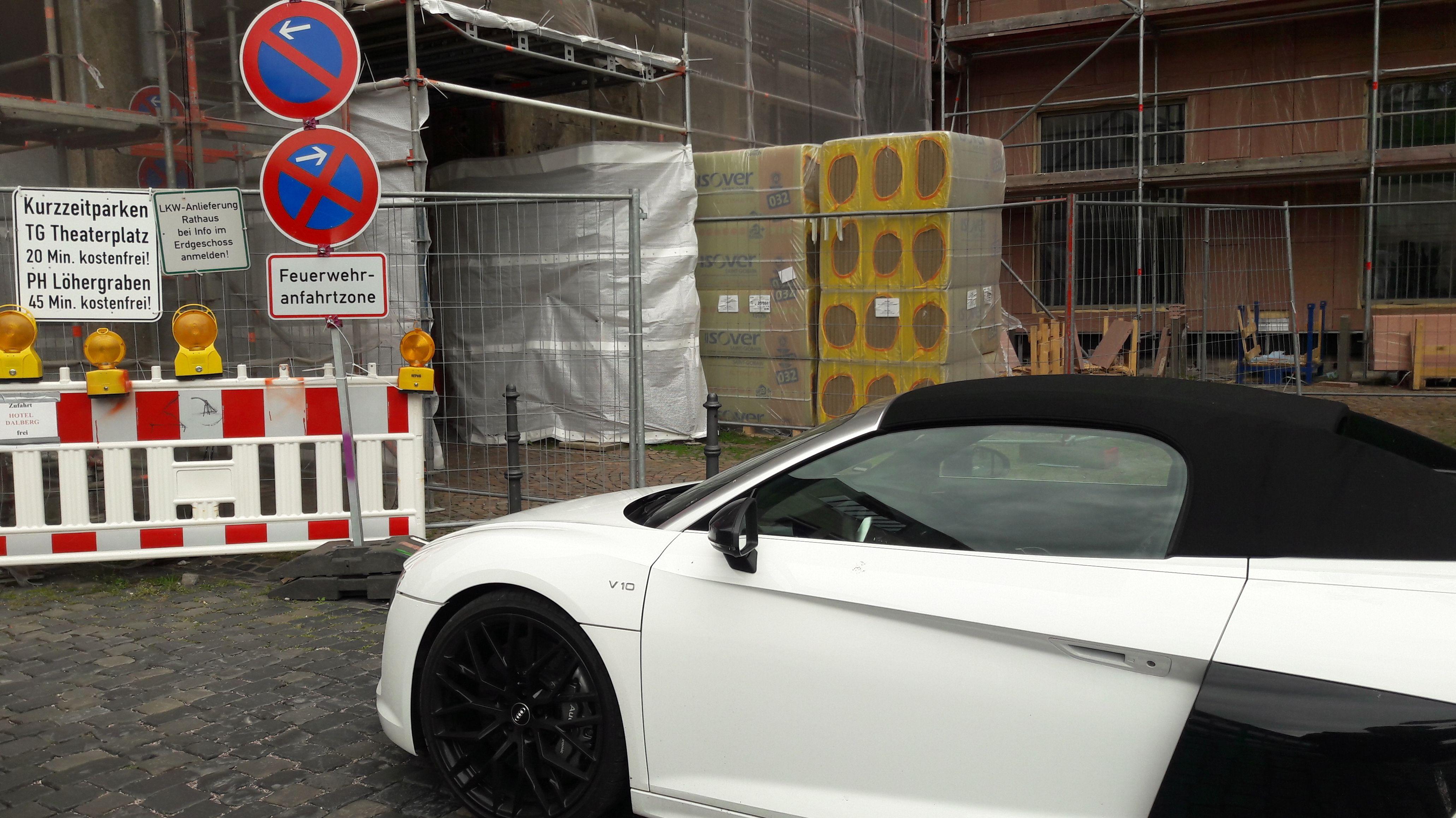 Sportwagen steht im absoluten Halteverbot in einer Feuerwehranfahrtzone
