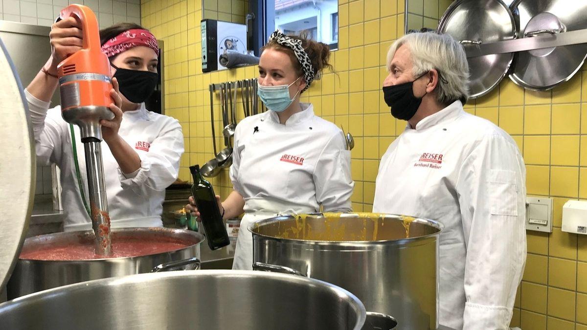 Reiser kocht mit zwei Azubis im Würzburger Gymnasium