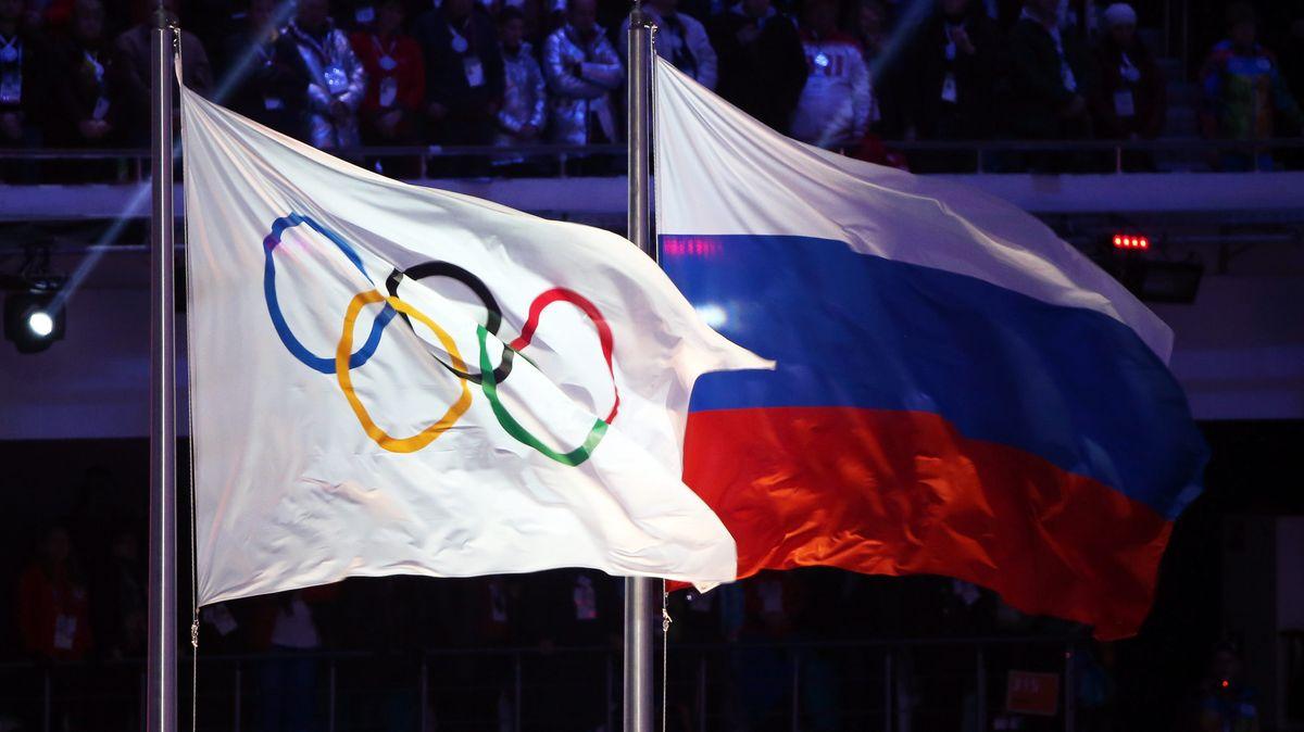 Die olympische Flagge (l) und die russische Flagge