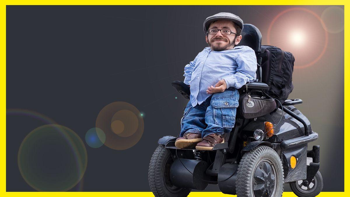 Inklusionsaktivist Raul Krauthausen sitzt auf seinem Rollstuhl im Spotlight.