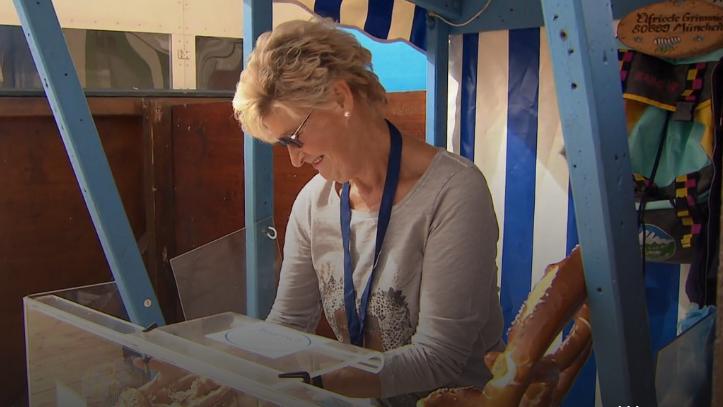 Elfriede Grimmig ist die dienstälteste Breznfrau auf der Wiesn, seit 1965.
