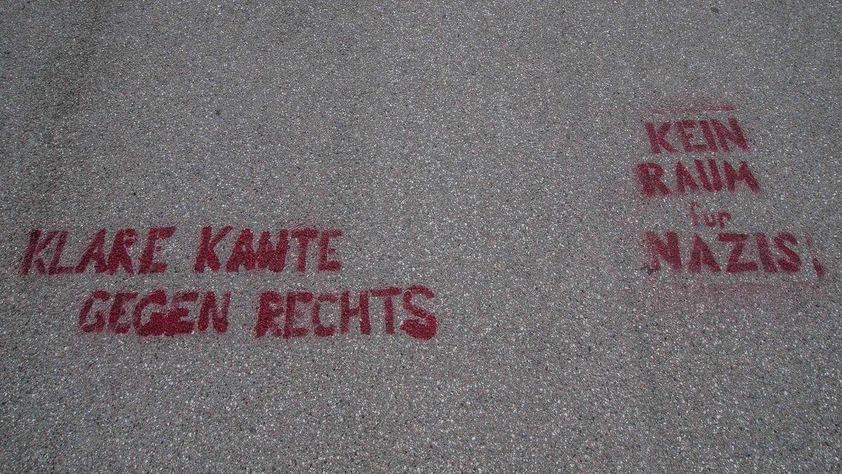 """""""Klare Kante gegen Rechts"""" und """"Kein Raum für Nazis"""": Asphalt-Aufschrift in München, aufgenommen am 23. Mai 2020."""