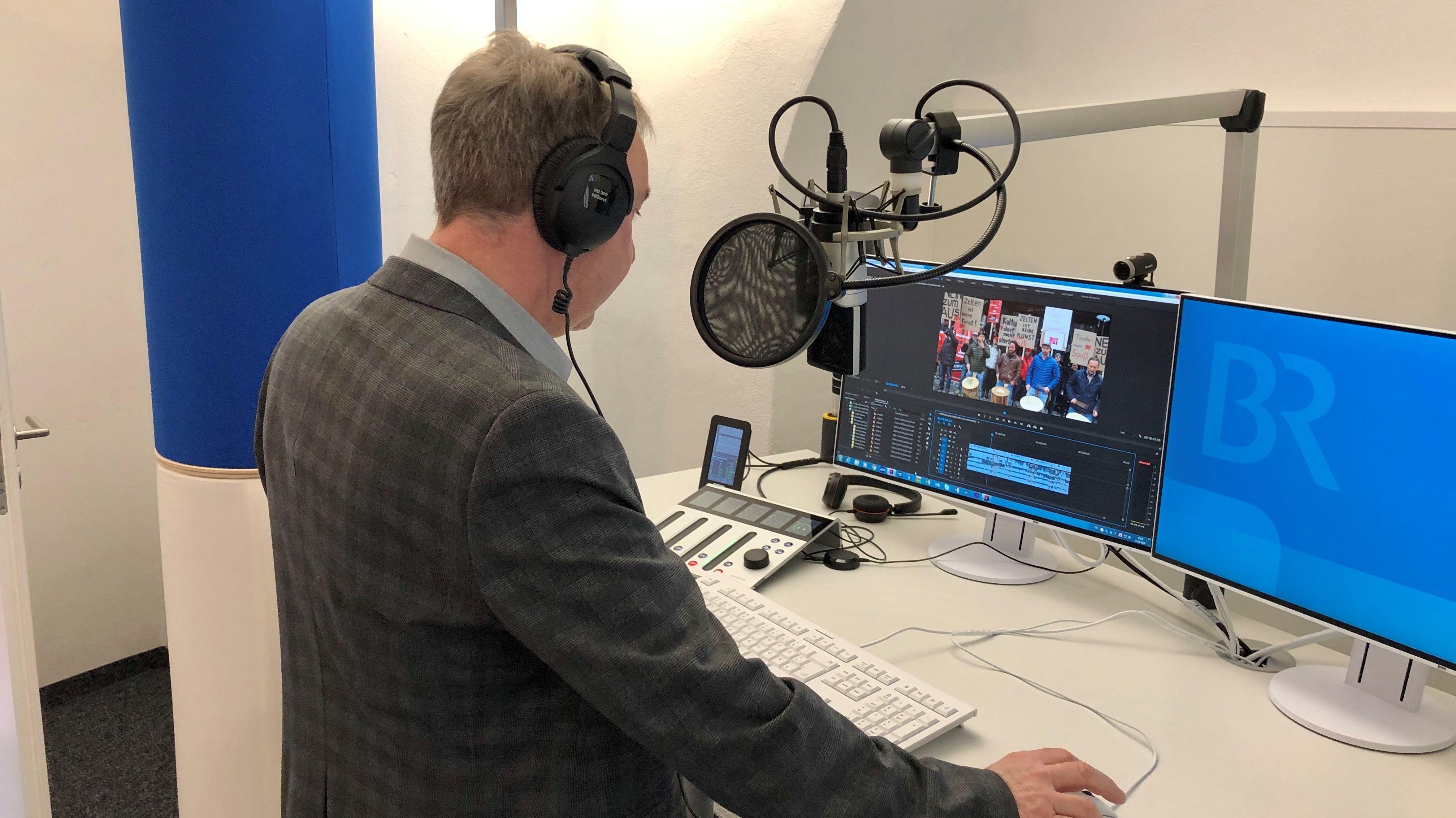 Korrespondent Harald Mitterer im digitalen Studio in Landshut