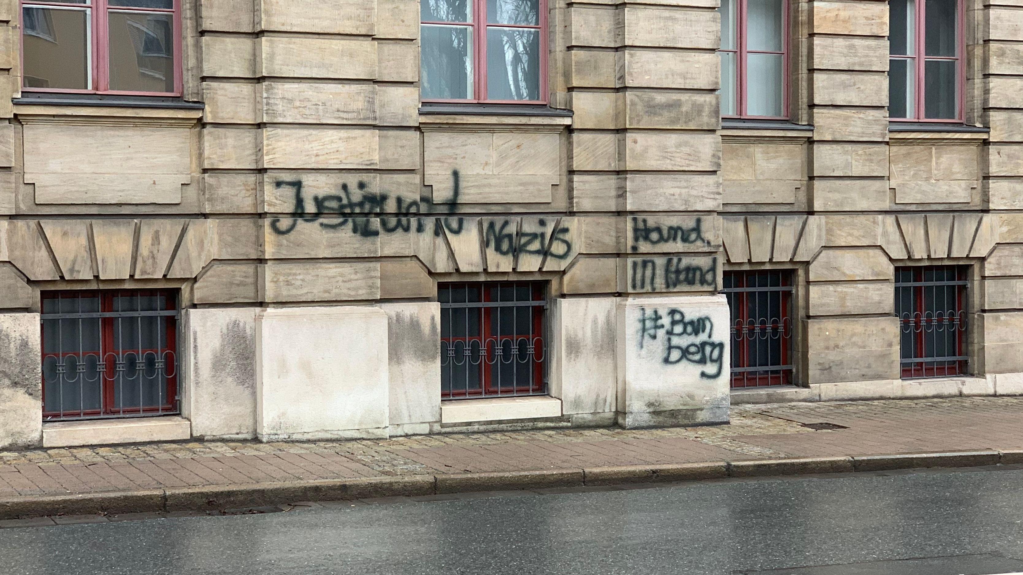 Auf eine Wand des Justizpalast Bayreuth ist ein Graffiti gesprüht.