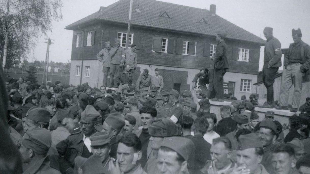 Kriegsgefangene im befreiten Stalag VII B Memmingen am 26. April 1945.