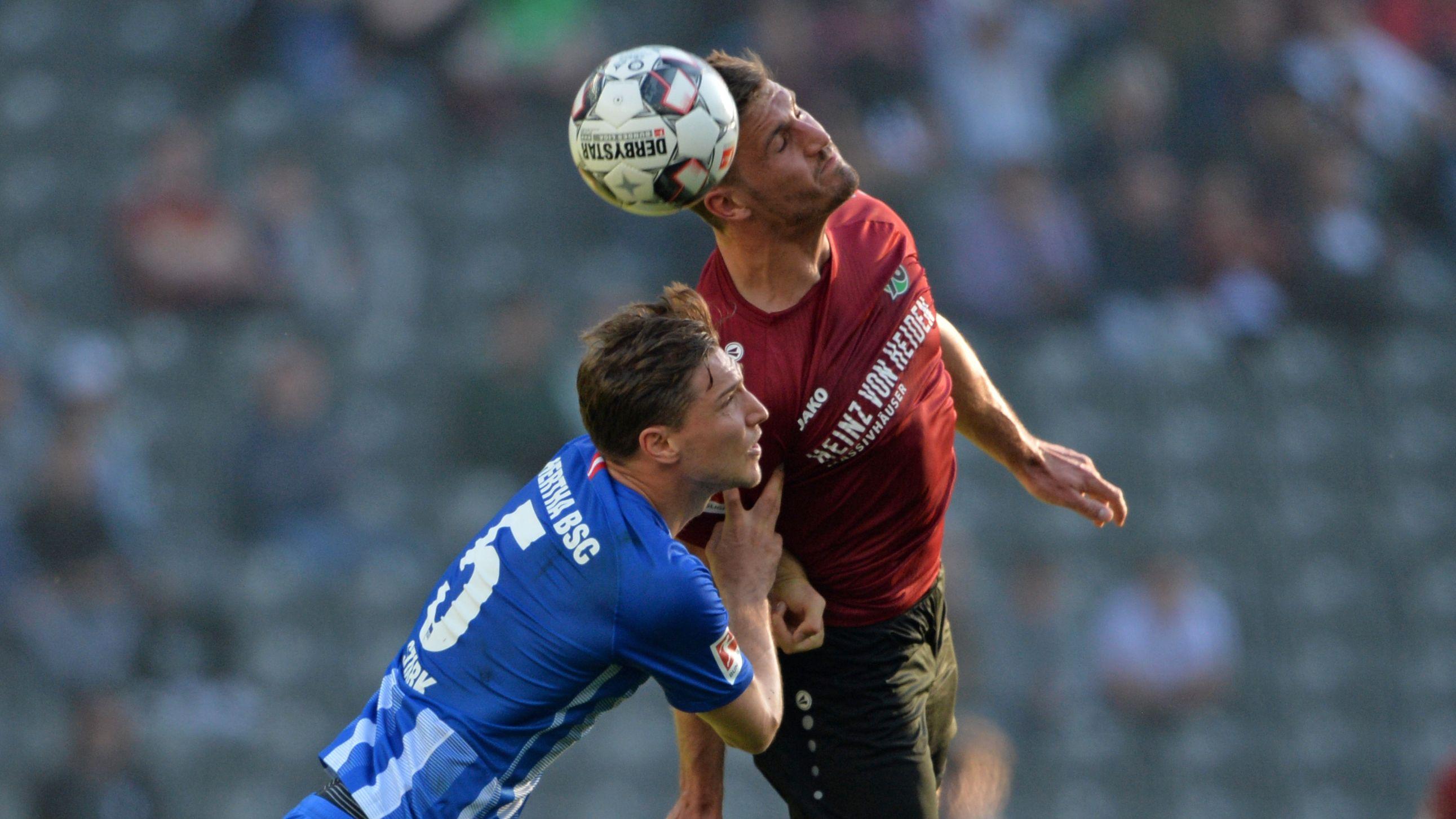Kopfballduell in der 1. Bundesliga / Hertha BSC Berlin - Hannover 96
