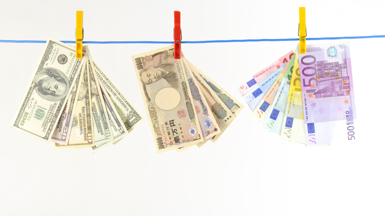 Symbolbild: Yen, Dollar und Euro an einer Wäscheleiner