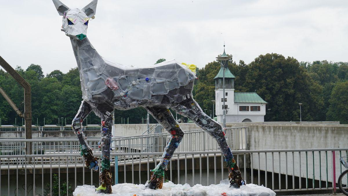 Warum am Augsburger Hochablass eine Müll-Skulptur steht