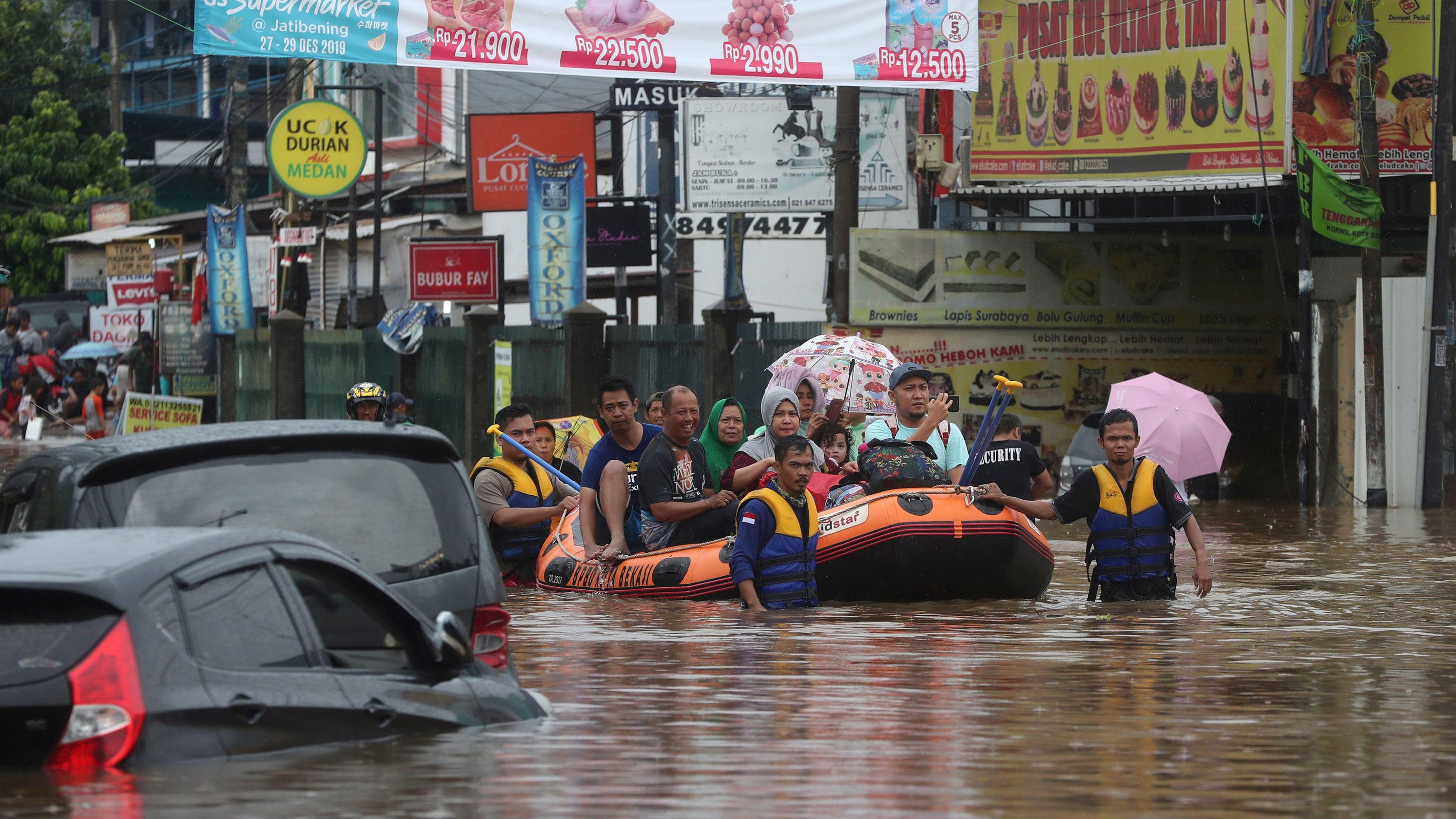 Menschen in einem Schlauchboot.