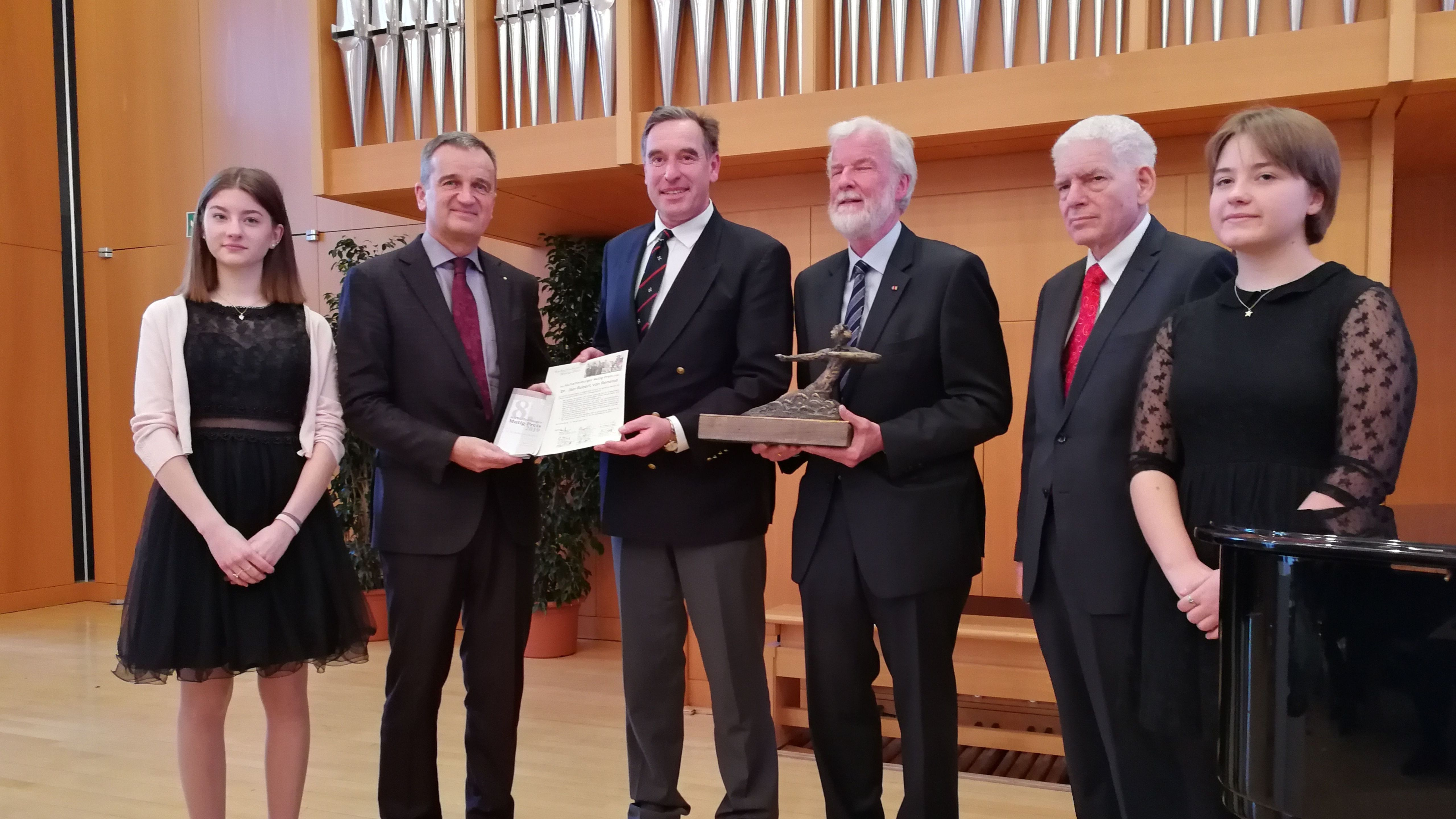 Preisverleihung in Aschaffenburg: Richter Jan-Robert von Renesse (3. v.l.) ist mit dem Mutig-Preis ausgezeichnet worden.