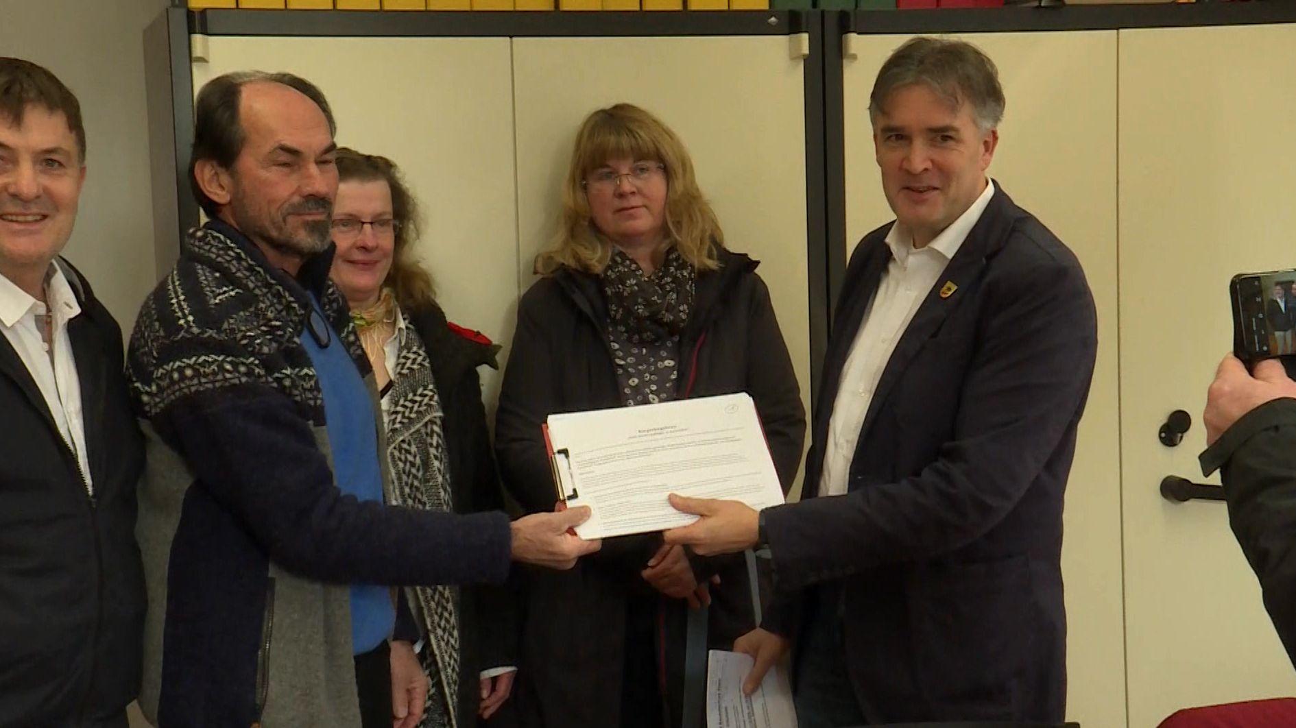 Unterschriftenliste gegen geplantes Hochregallager in Ebern übergeben
