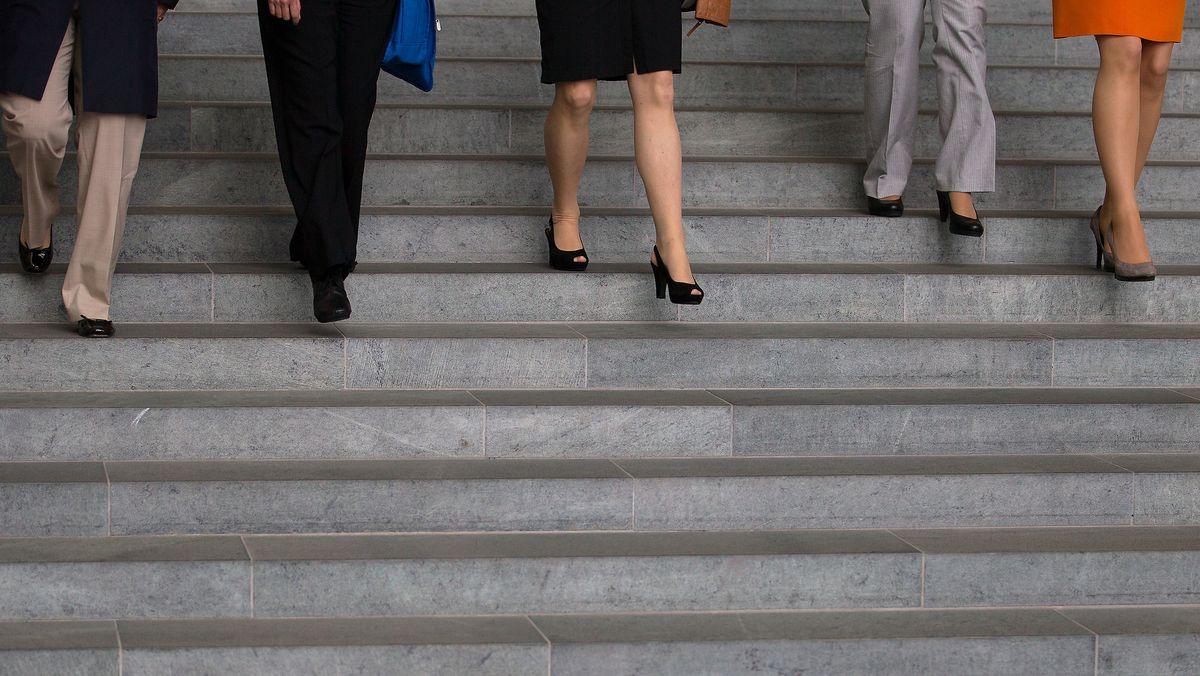 Frauen gehen eine Treppe im Kanzleramt in Berlin hinab.