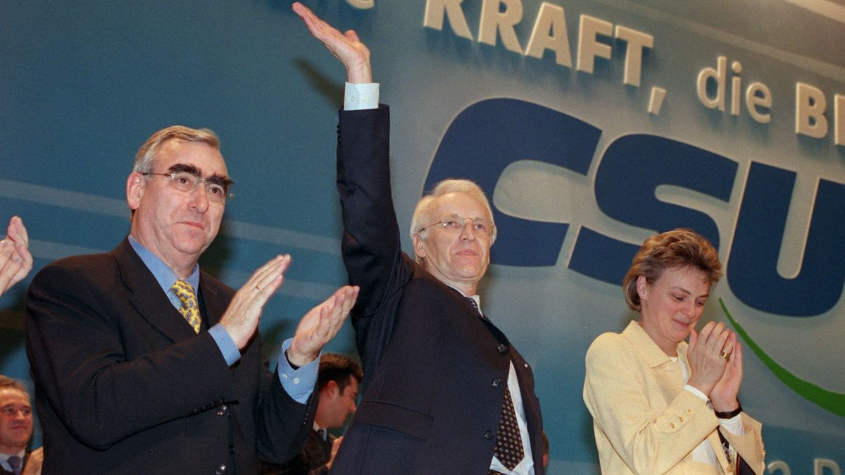 1999: Edmund Stoiber (M.) nach seiner Antrittsrede als neuer CSU-Chef, zwischen Vorgänger Waigel (l.) und Staatsministerin Monika Hohlmeier (r.)
