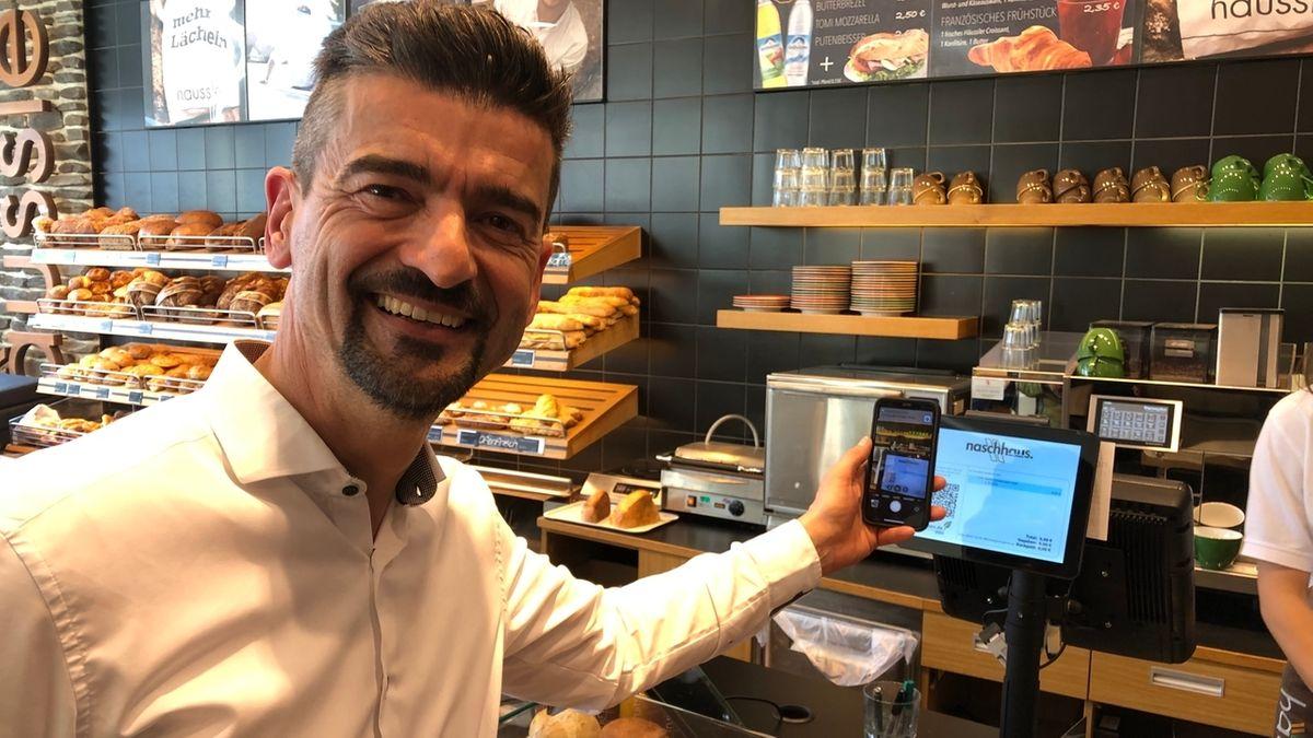 Der Memminger Bäcker Hermann Häußler setzt auf digitale Bons, um eine Kassenzettelflut zu vermeiden.