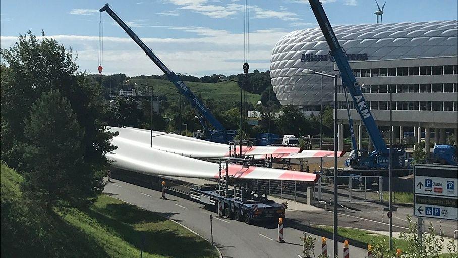 Zweites Windrad für München: Die 69 Meter langen Rotorblätter werden nun nahe der Allianz-Arena auf den Fröttmaninger Berg transportiert.
