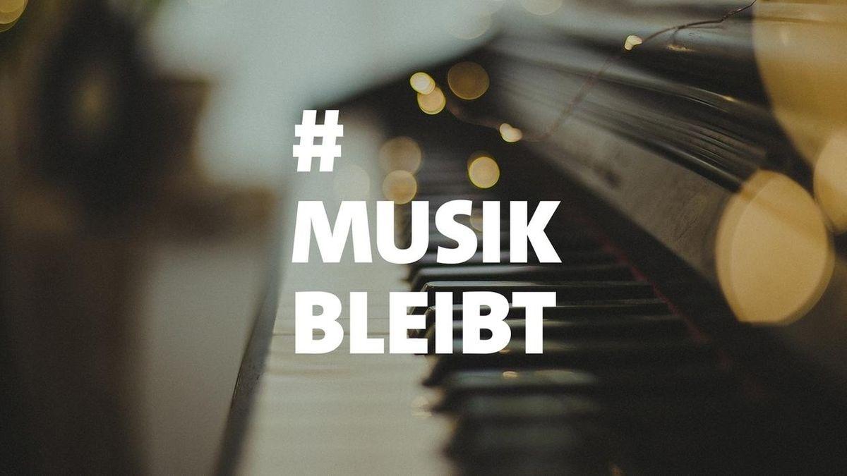Logo zum Festival #Musikbleibt: Schrift über einer unscharfen Klavier-Tastatur im Hintergrund