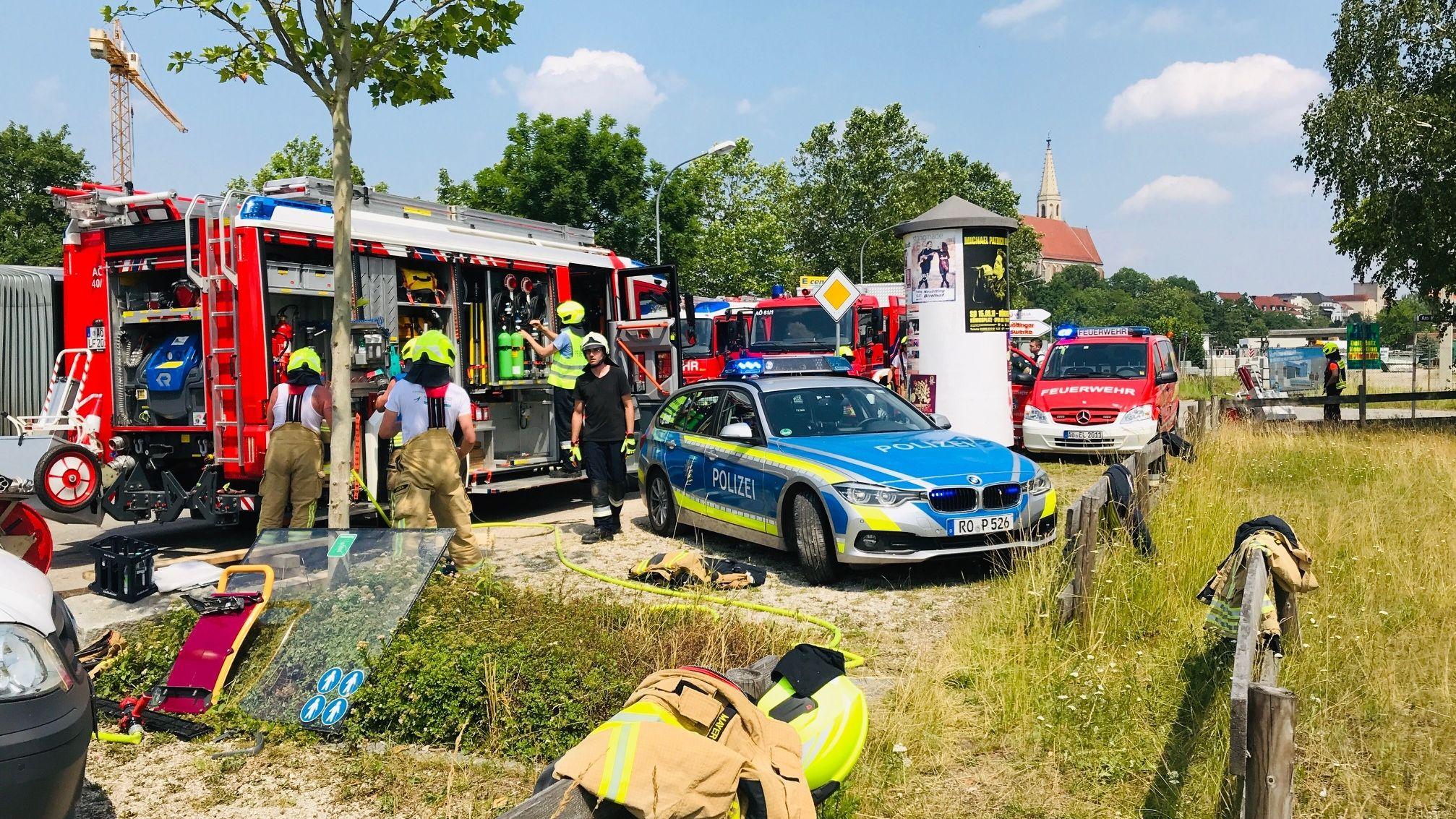 Freiwillige Feuerwehren und die Polizei im Einsatz beim Schulbusunfall in Neuötting