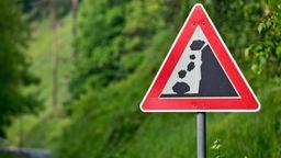 Schild warnt vor Steinschlag (Symbolbild) | Bild:picture-alliance/dpa