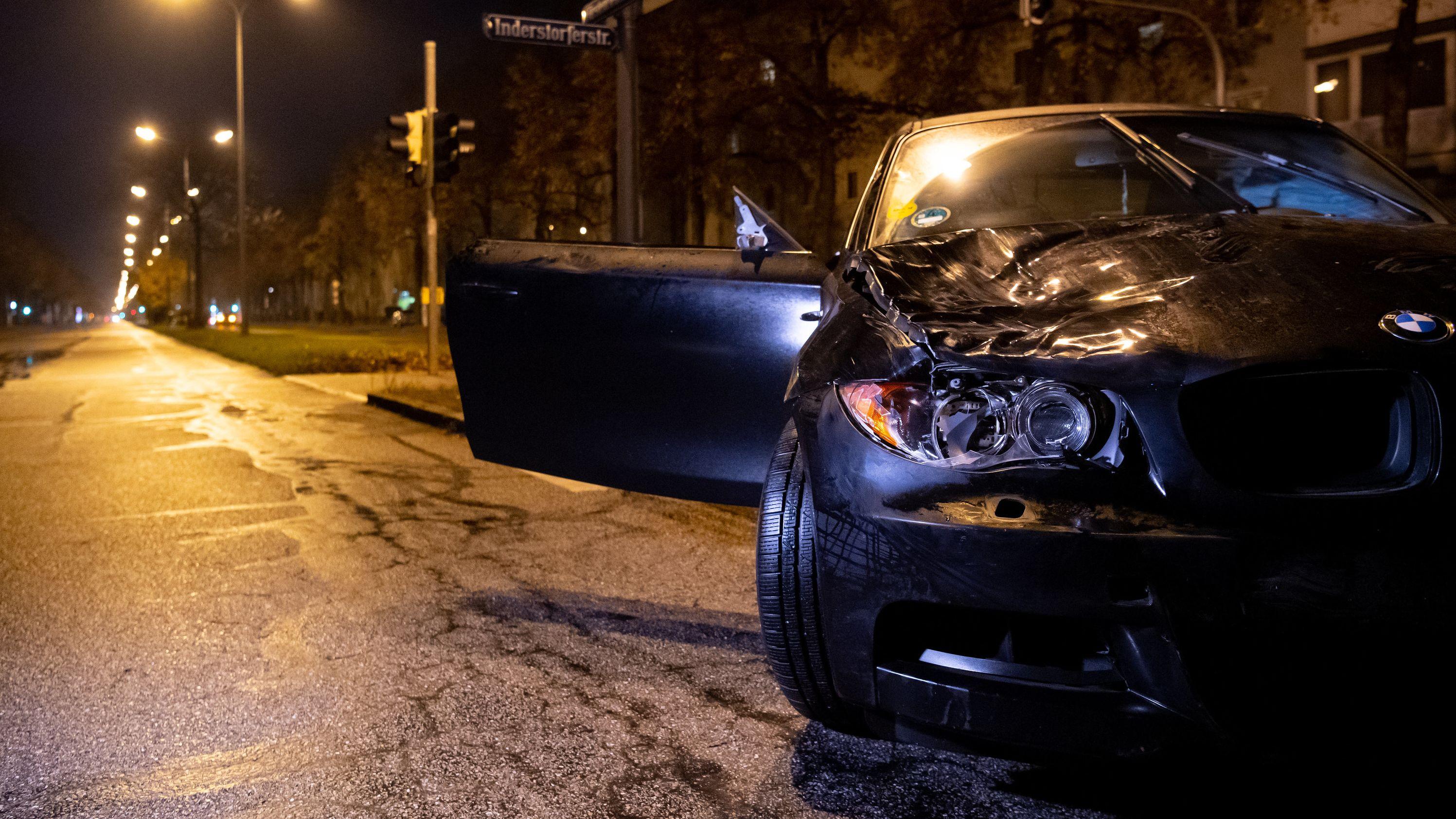 Der BMW nach dem Unfall auf der Fürstenrieder Straße.