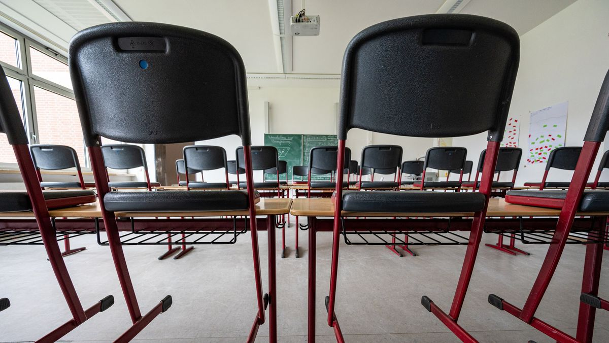 Stühle stehen in einem leeren Klassenzimmer an einem Regensburger Gymnasium.
