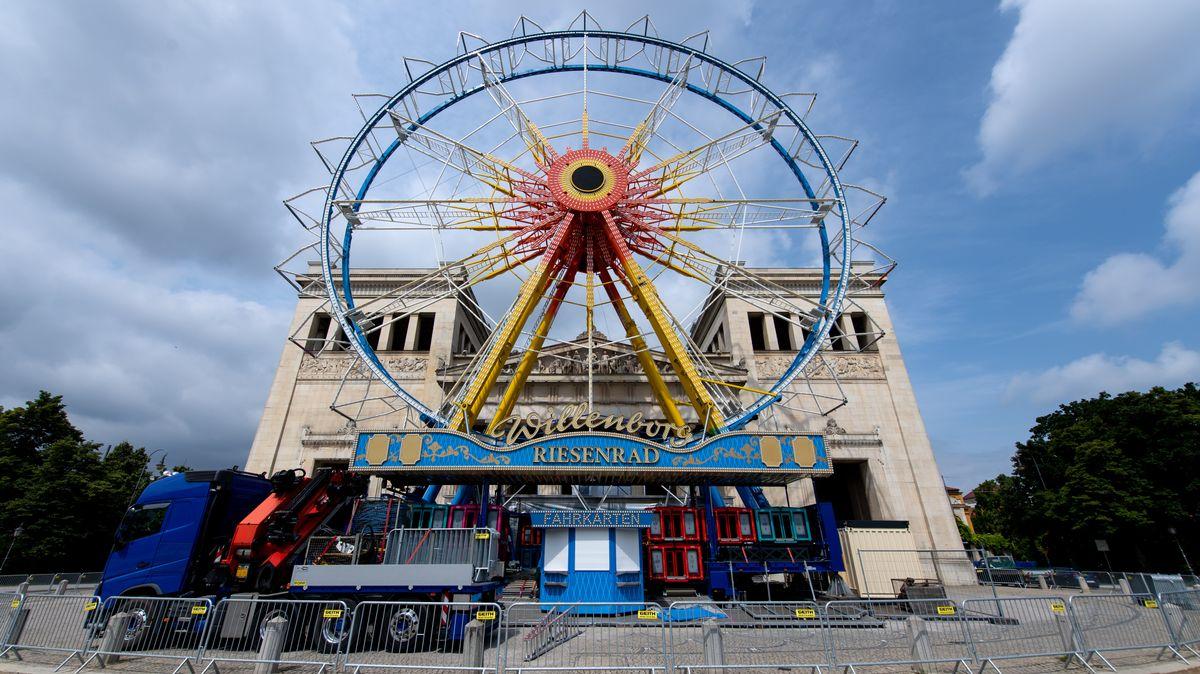 """Ein Riesenrad auf dem Münchner Königsplatz im Juli 2021. Da das Oktoberfest auch in diesem Jahr ausfällt, sind Fahrgeschäfte unter dem Motto """"Sommer in der Stadt"""" in der ganzen Innenstadt verteilt."""